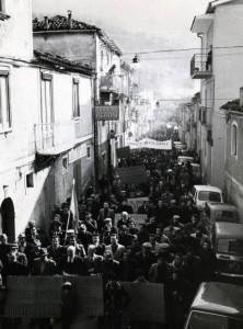 Tito - 1978 - Manifestazione per lo sviluppo e per il lavoro indetta dalle organizzazioni sociali e dagli enti locali  Il corteo attraversa Via Roma